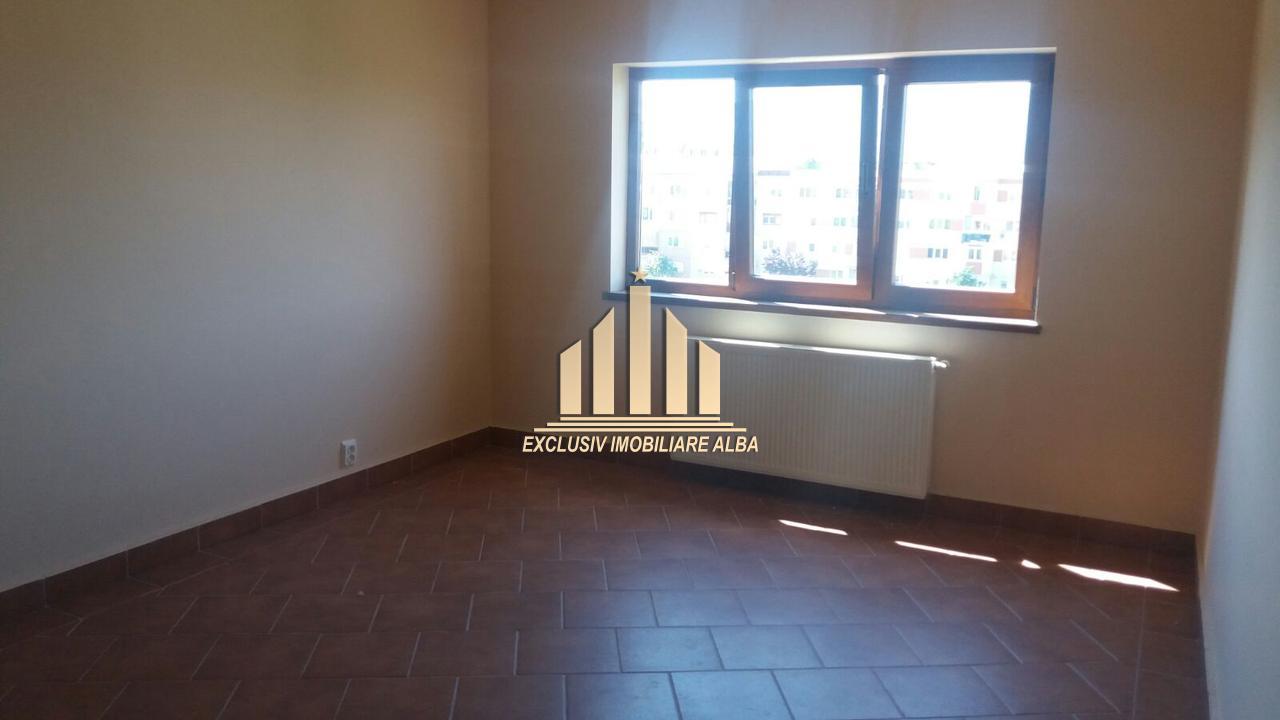 De vanzare apartament 3 camere, Ampoi 3-32817-